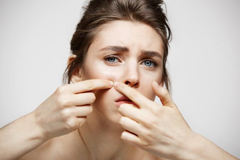 Kvinde klemmer hudorme ud